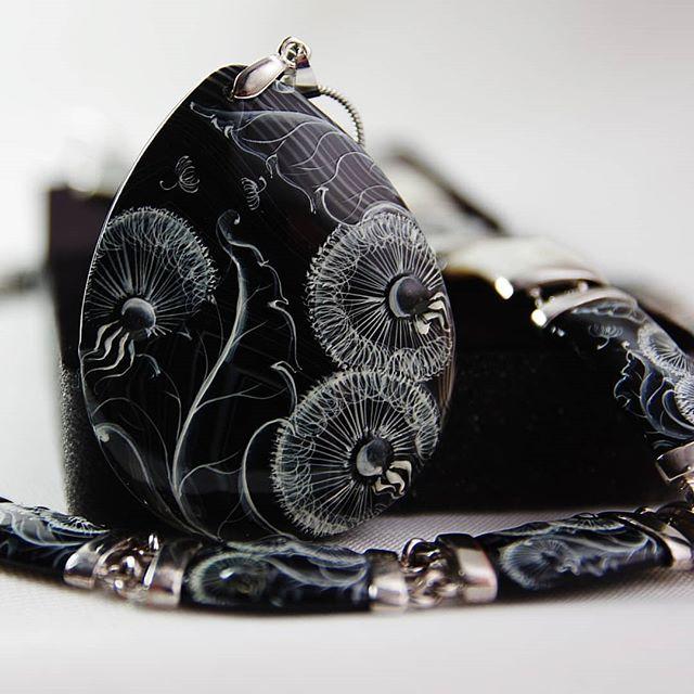 """Набор """"Одуванчики на чёрном"""" #псков #перламутр #украшенияручнойработы #украшения #бижутерияручнойработы #бижутерия  #кулоны #серьги #браслеты #колье #jewelry"""
